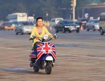 一辆时兴的电滑行车的凉快的女孩,北京,中国 免版税图库摄影