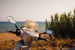 一辆普通银色滑行车自行车停放在海边 热带海滩和暑假 节假日概念 租赁a 免版税库存图片