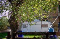 一辆有蓬卡车在庭院里 免版税库存图片