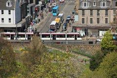 一辆有轨电车在老镇在从城堡小山看见的爱丁堡 库存照片