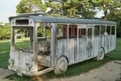 一辆木公共汽车在公园 库存图片