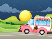 一辆桃红色冰淇凌公共汽车 库存图片