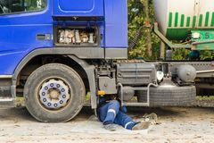 一辆残破的卡车汽车的修理在路的 库存照片