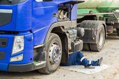 一辆残破的卡车汽车的修理 库存照片
