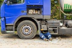 一辆残破的卡车汽车的修理 库存图片