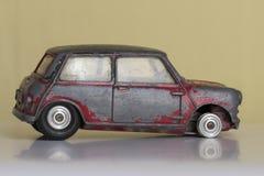 一辆残破的玩具汽车 免版税库存照片