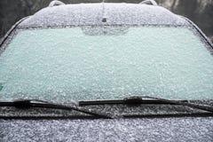 一辆汽车和雪,交通的概念的冻挡风玻璃有冰的 免版税库存照片