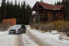 一辆汽车在一个老村庄 库存图片