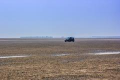 一辆汽车在沙漠 库存图片