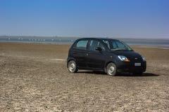 一辆汽车在沙漠 免版税库存图片