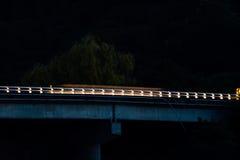 一辆汽车的光作为它的过桥梁 免版税库存照片