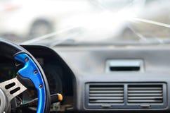 一辆汽车的内部在交通事故期间的 免版税库存图片