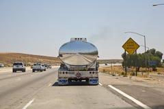 一辆汽车的反射在运输液体的镀铬物卡车的 库存图片
