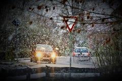 一辆汽车的图象在与雪和交通标志的冬天 免版税图库摄影