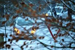 一辆汽车的图象在与雪和交通标志的冬天 免版税库存照片