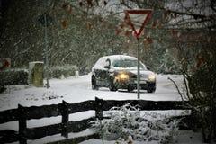 一辆汽车的图象在与雪和交通标志的冬天 库存照片