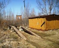 一辆汽车的天桥在车库附近 免版税库存图片