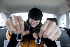 一辆汽车的女孩有安全带的 免版税库存照片