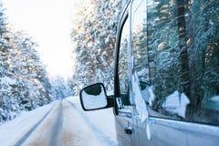 一辆汽车的片段在冬天森林里 免版税库存照片