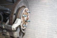 一辆汽车的盘式制动器系统细节没有概括的轮子的 免版税库存图片