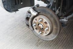 一辆汽车的盘式制动器系统细节没有概括的轮子的 库存照片