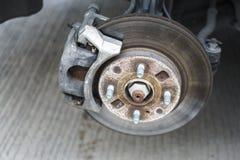 一辆汽车的盘式制动器系统细节没有概括的轮子的 免版税库存照片