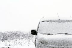 一辆汽车的细节在街道上的在雪秋天期间在冬天 免版税库存图片
