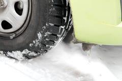 一辆汽车的轮子在冬天 库存图片