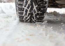 一辆汽车的轮子在雪的在冬天 免版税图库摄影
