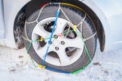 一辆汽车的轮子有登上的冬天链子的 图库摄影