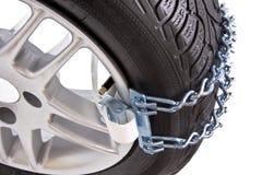 一辆汽车的轮子有链子的在雪 库存照片