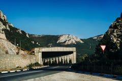一辆汽车的隧道在山高速公路 免版税图库摄影