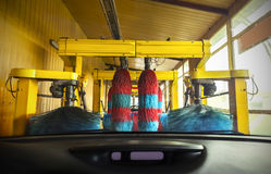 从一辆汽车里边的洗车在洗涤期间 免版税库存图片