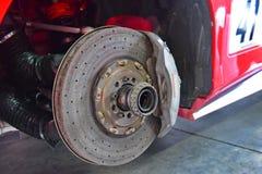 一辆法拉利488挑战汽车的碳陶瓷闸圆盘在法拉利挑战亚太系列的赛跑 免版税库存图片