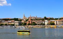 一辆浮动观光的公共汽车沿多瑙河航行 免版税库存照片