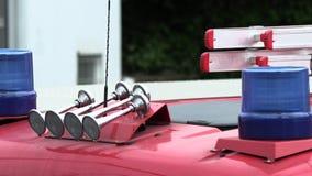 一辆消防车的屋顶有一盏蓝色闪光灯的 影视素材