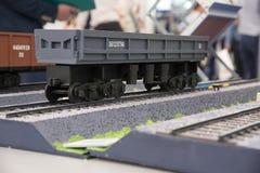 一辆灰色无盖货车的模型商品运输的在铁路的 免版税库存图片