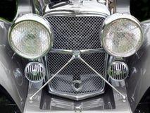 一辆灰色经典之作ss捷豹汽车汽车的车灯和幅射器 免版税库存照片