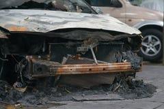 一辆烧坏的汽车的前面 库存照片