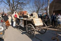 一辆狂欢节运输车的被掩没的人在'Busojaras',冬天的葬礼狂欢节  图库摄影