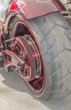 一辆现代摩托车的后轮 免版税库存照片
