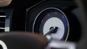 一辆现代昂贵的汽车的发光的美丽的仪表板 库存照片