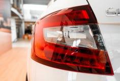 一辆现代有名望的汽车的尾灯从一个接近的角度的 库存照片