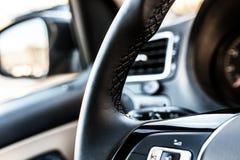 一辆现代汽车的方向盘 免版税图库摄影