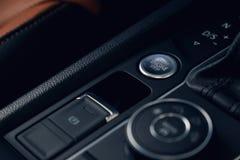 一辆现代汽车的汽车起止的引擎按钮 库存照片