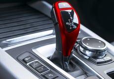一辆现代汽车的红色自动变速杆,汽车内部细节,关闭 图库摄影