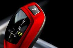 一辆现代汽车的红色自动变速杆,汽车内部细节,看法的关闭 免版税库存照片