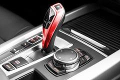 一辆现代汽车的红色自动变速杆,汽车内部细节 黑色白色 库存图片