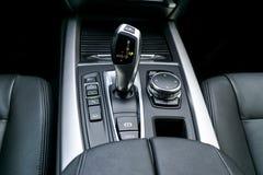 一辆现代汽车的自动变速杆传输,多媒体和航海控制按钮 汽车内部细节 传输 库存图片