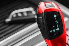 一辆现代汽车的自动变速杆,汽车内部细节,看法的关闭 黑白,红色 免版税图库摄影